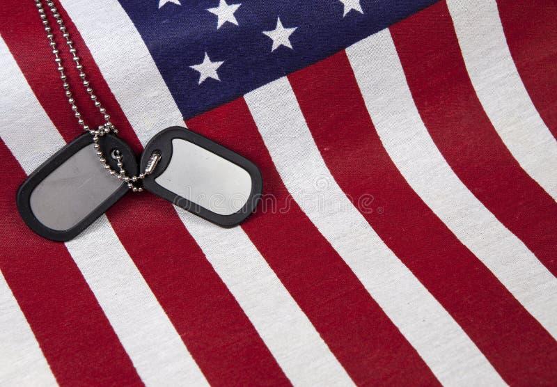 Drapeau américain avec des étiquettes de chien photos stock
