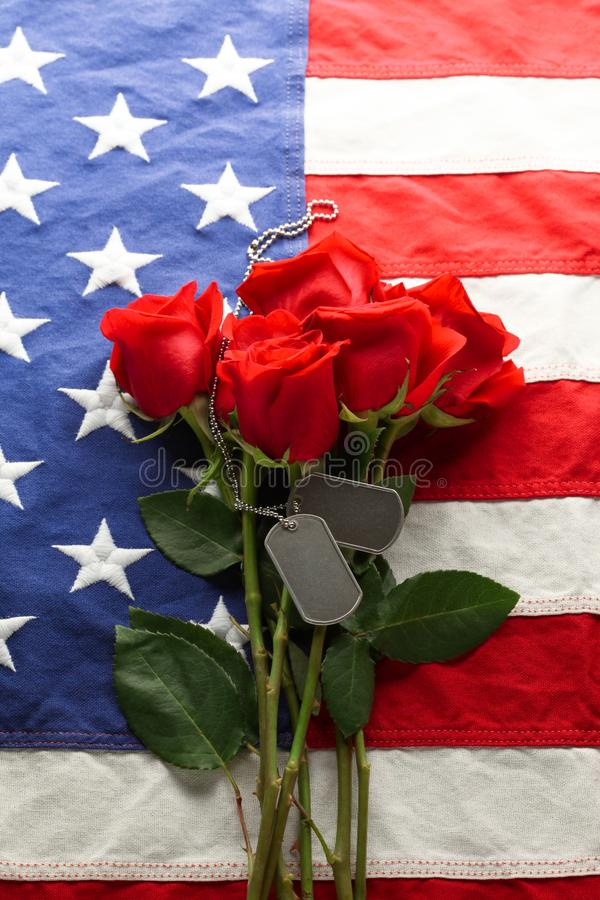 Drapeau américain avec des roses et des étiquettes de chien vides photo stock