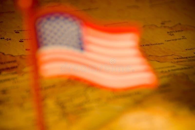 Drapeau américain brouillé sur la carte photographie stock libre de droits