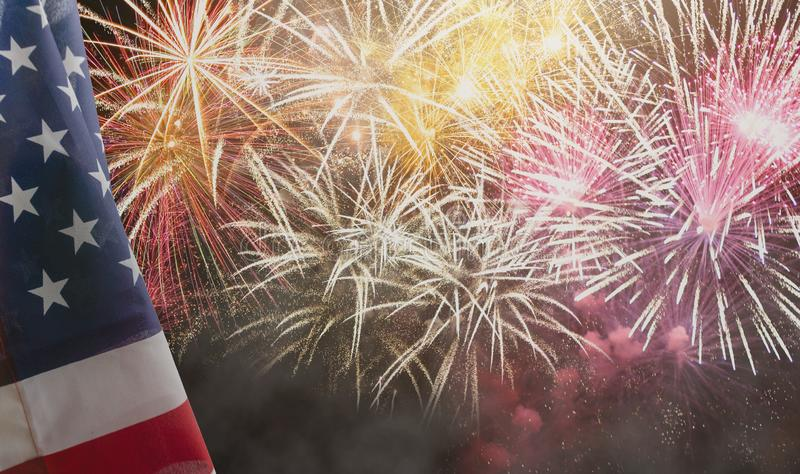 Drapeau américain des Etats-Unis avec des feux d'artifice photographie stock