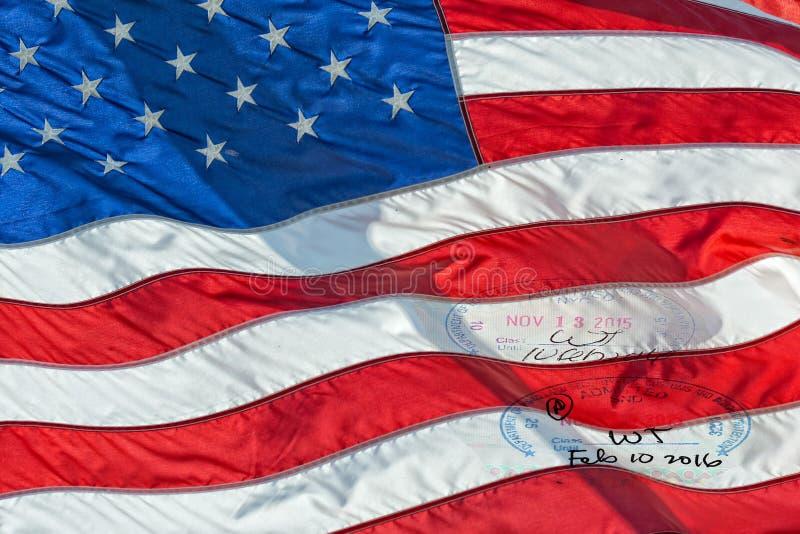 Drapeau américain des Etats-Unis avec le timbre de passeport de visa photo stock