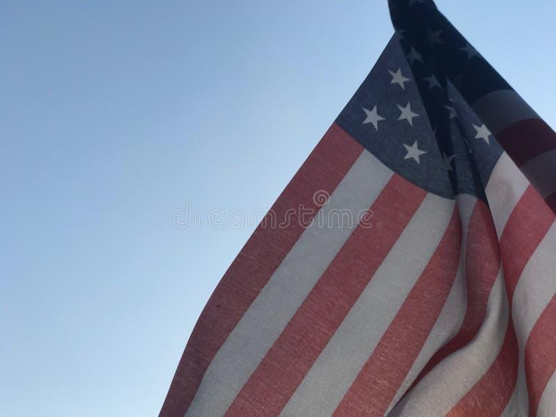 Drapeau américain devant le ciel bleu photos stock