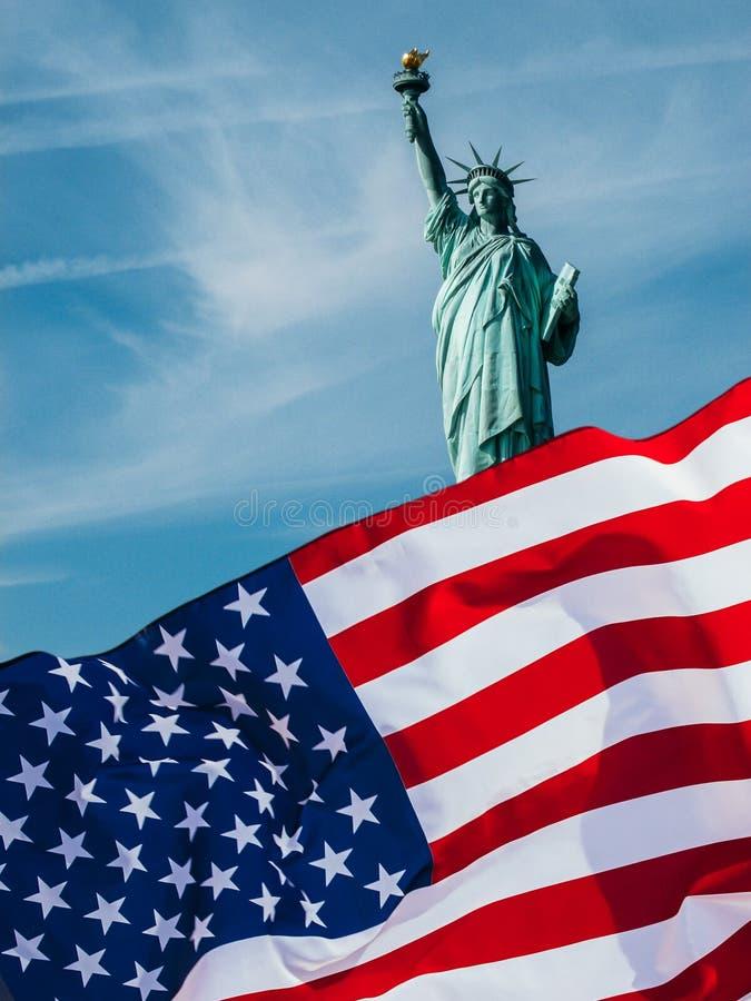 Drapeau américain et la statue de la liberté Fond pour le Jour de la D?claration d'Ind?pendance - 4?me de juillet photo stock