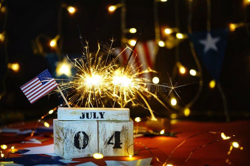 Drapeau américain hérissé et calendrier en bois de cube avec le 4ème juillet, date de Jour de la Déclaration d'Indépendance des E photographie stock