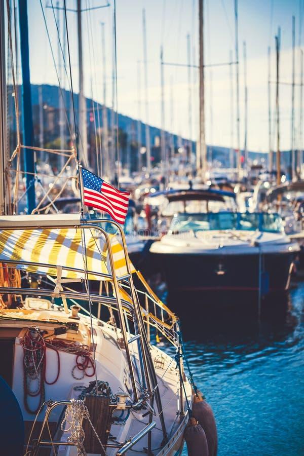 Drapeau américain ondulant d'un voilier images stock