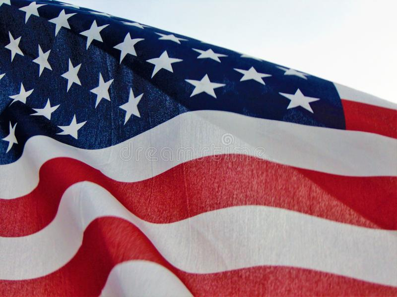 Drapeau américain ondulant en vent photos stock
