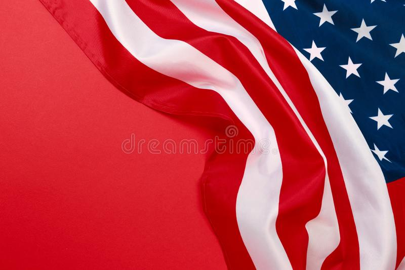 Drapeau américain sur la vue supérieure de fond rouge photos stock