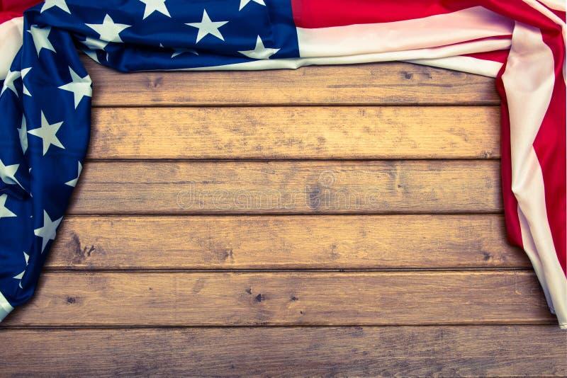 Drapeau américain sur le fond en bois avec un effet de tonalité Le drapeau des Etats-Unis d'Amérique descripteur La vue à partir  photographie stock libre de droits