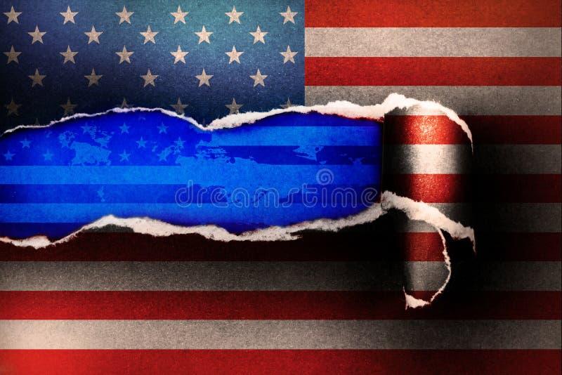 Drapeau américain sur le papier déchiré et espace avec le backgr de papier bleu de ciel images libres de droits