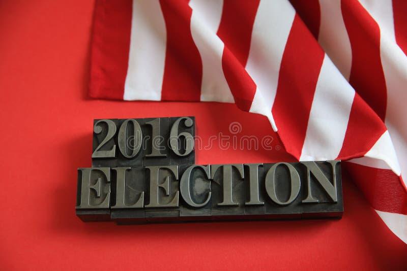 Drapeau américain sur le rouge avec les mots 2016 d'élection photographie stock