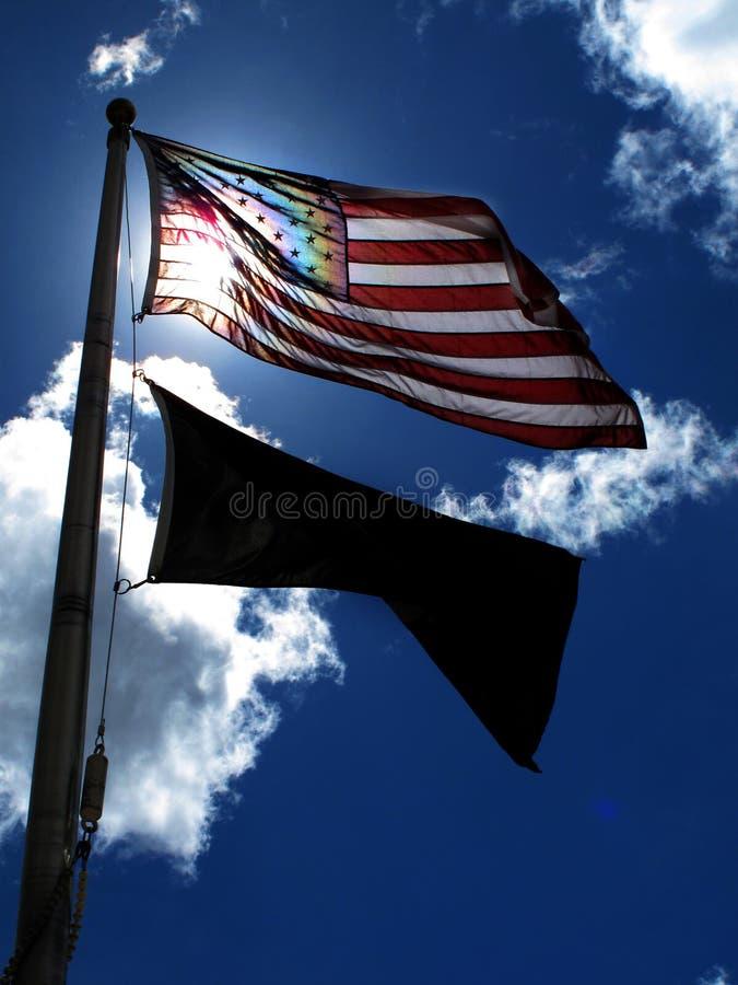 Drapeau américain sur Windy Day Sunlight Blue Sky et des nuages image stock