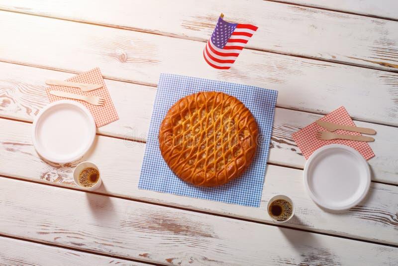 Drapeau américain, tarte et boissons photo libre de droits
