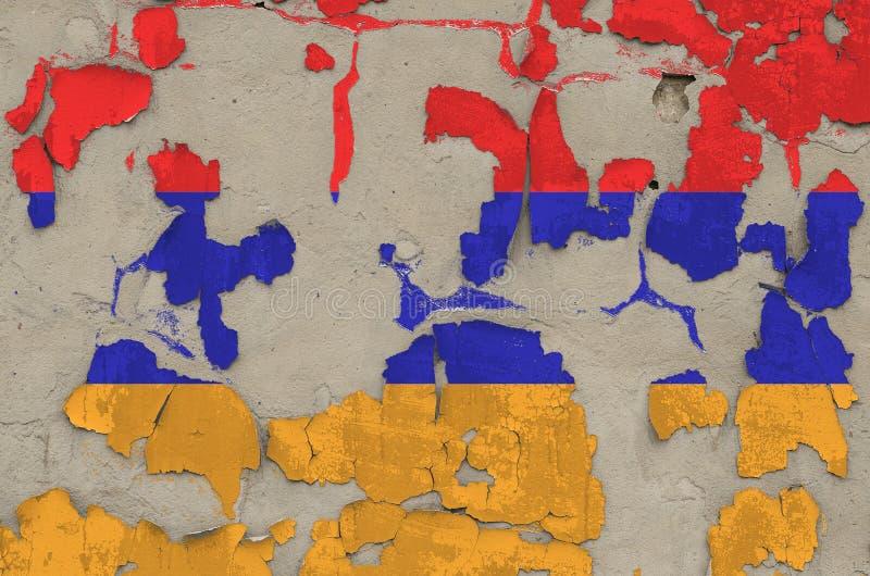 Drapeau arménien peint en couleurs sur un vieux mur en béton désuet Bannière textuelle sur fond brut photos stock