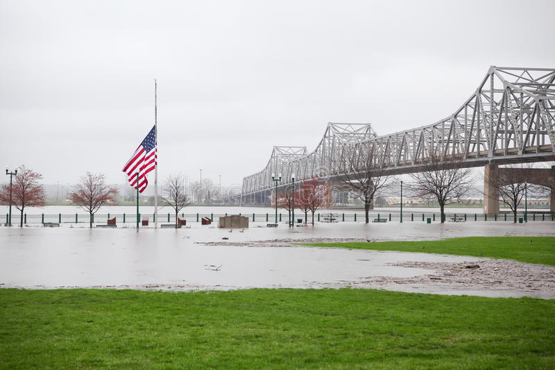Drapeau au milieu d'une inondation image stock