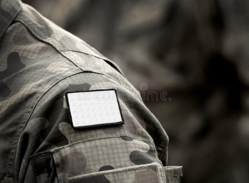 Drapeau blanc sur l'uniforme militaire Le drapeau blanc est le signe d'une trêve, d'une reddition ou d'un cessez-le-feu, et d'une photo libre de droits