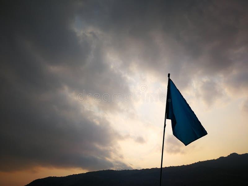 drapeau bleu au lever de soleil de soirée photo libre de droits