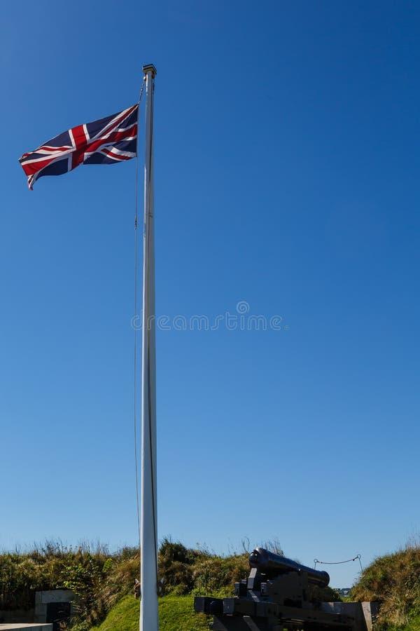 Drapeau britannique au-dessus de canon images stock