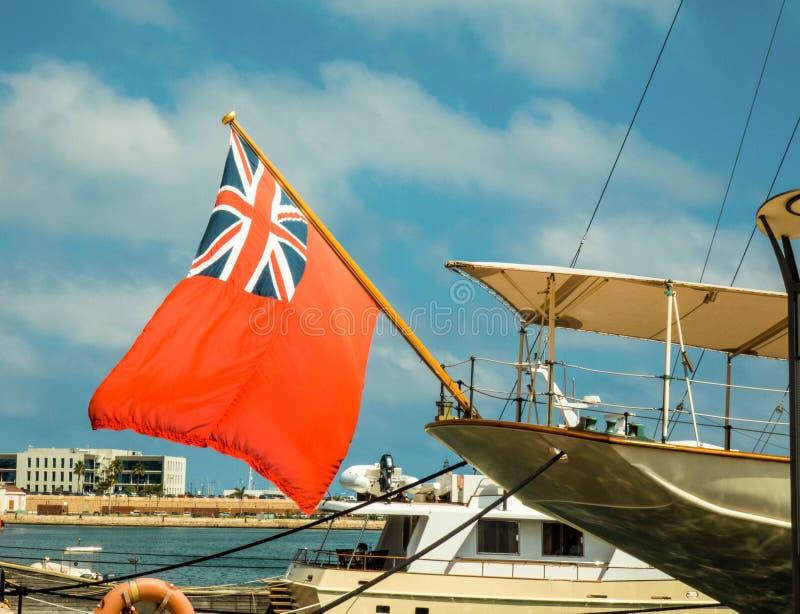Drapeau britannique ondulant sur le yacht dans le port de Tarragone, Espagne photos stock