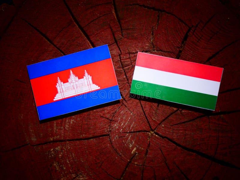 Drapeau cambodgien avec le drapeau hongrois sur un tronçon d'arbre d'isolement illustration de vecteur