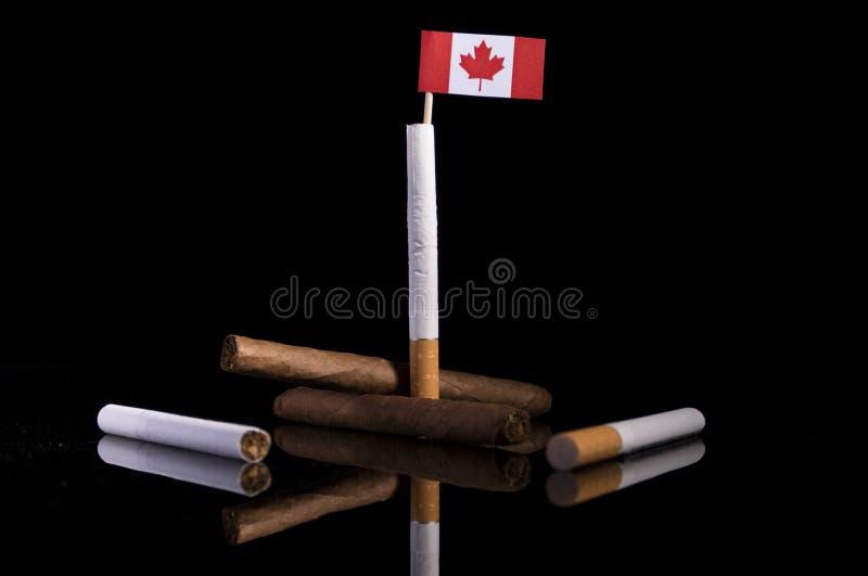 Drapeau canadien avec des cigarettes et des cigares image stock