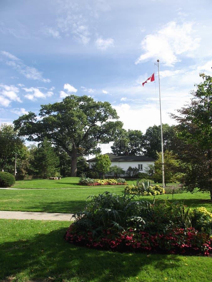 Drapeau canadien, lits de fleur, haut parc, Toronto photos libres de droits