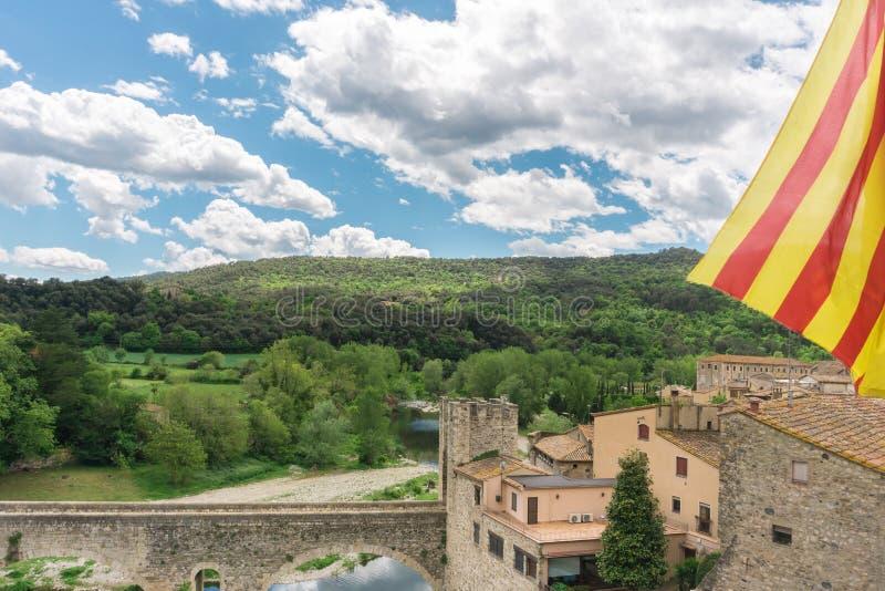 Drapeau catalan au-dessus de vue gentille petit et m?di?val de village de Besalu, ? G?rone, Catalogne image libre de droits