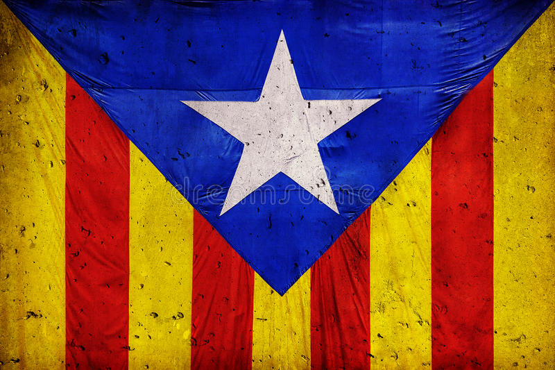 Drapeau catalan dans la perspective d'un mur en béton images stock