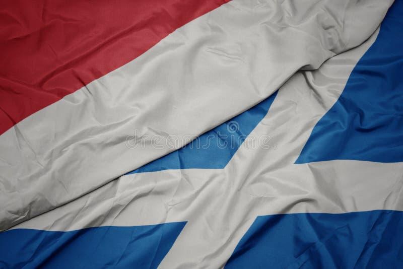 drapeau coloré de l' écosse et drapeau national de l' indonésie image libre de droits
