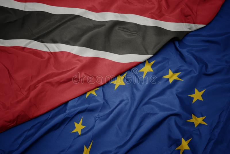 drapeau coloré de ondulation d'Union européenne et drapeau des Trinité-et-Tabago photos libres de droits