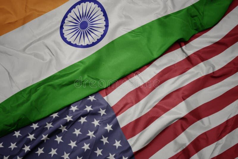 drapeau coloré de ondulation des Etats-Unis d'Amérique et drapeau national de l'Inde images libres de droits