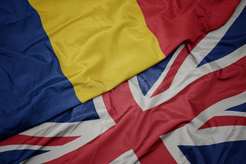 drapeau coloré de ondulation de la Grande-Bretagne et drapeau national de la Roumanie image stock