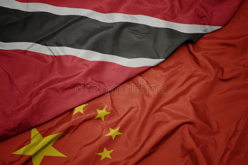 drapeau coloré de ondulation de porcelaine et drapeau national des Trinité-et-Tabago photographie stock