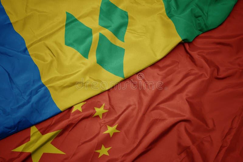 drapeau coloré de ondulation de porcelaine et drapeau national du Saint-Vincent-et-les Grenadines photo libre de droits