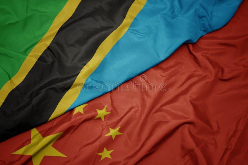 drapeau coloré de ondulation de porcelaine et drapeau national de la Tanzanie images libres de droits
