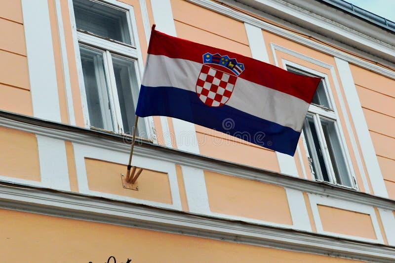 Drapeau croate volant fièrement dans Varazdin photographie stock libre de droits