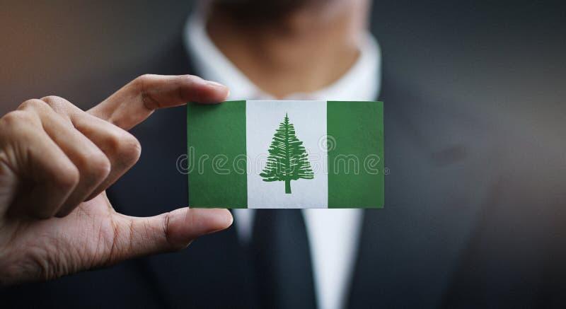Drapeau d'île de Holding Card Norfolk d'homme d'affaires photographie stock libre de droits