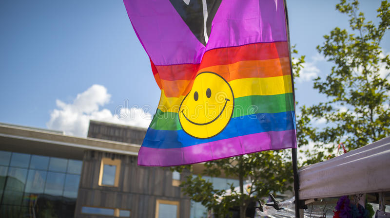 Drapeau d'arc-en-ciel de festival de la fierté le 19 août 2017 LGBT de Doncaster sur un stre photographie stock