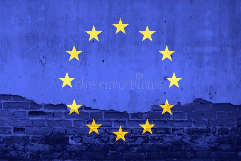 Drapeau d'Union européenne sur le fond criqué de texture de mur illustration stock