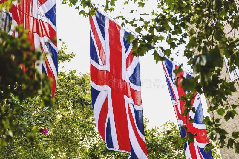 Drapeau d'Union Jack ondulant au-dessus de Bruton Street à Londres photo libre de droits