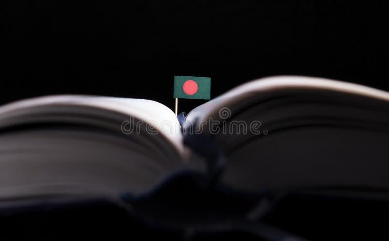 Drapeau de Bengladesh au milieu du livre image libre de droits