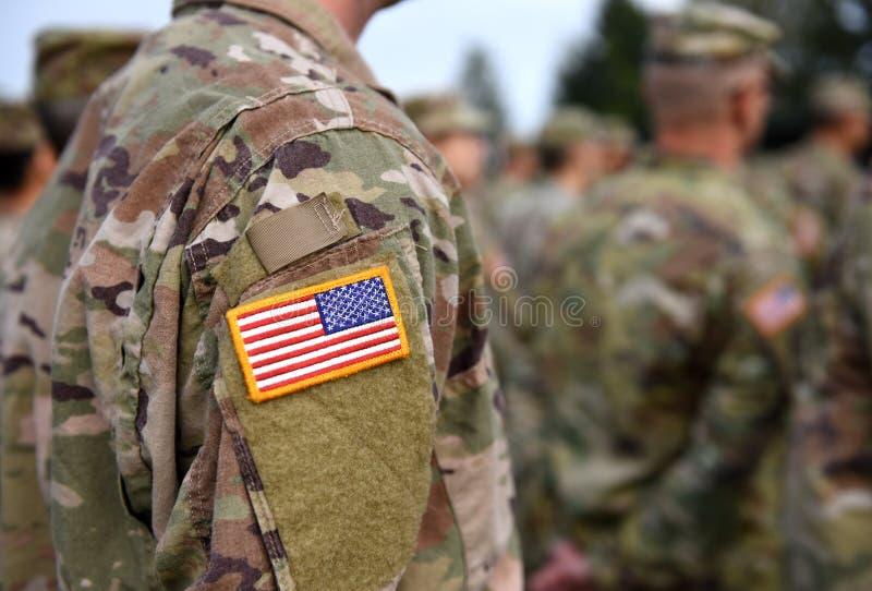 Drapeau de correction des Etats-Unis sur le bras de soldats Troupes des USA photo libre de droits