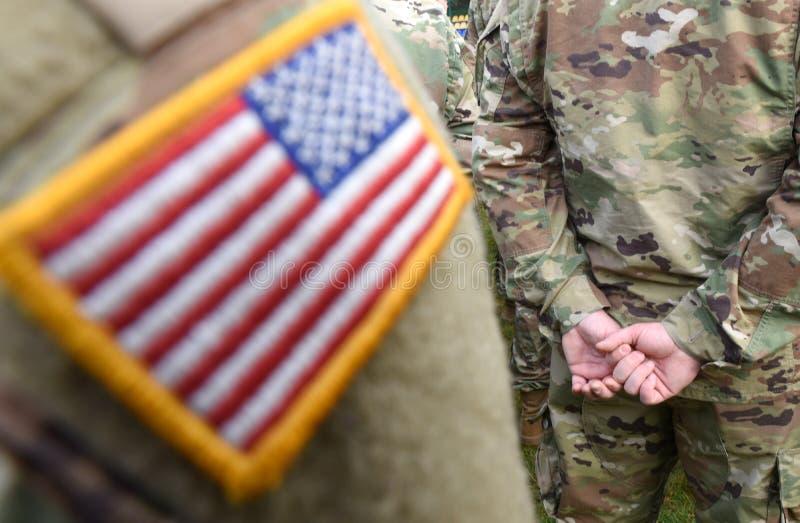 Drapeau de correction des Etats-Unis sur le bras de soldats Troupes des USA images libres de droits