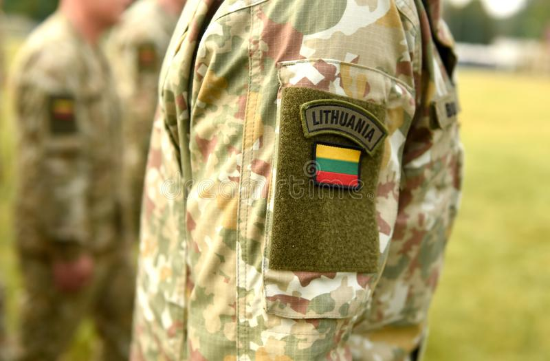 Drapeau de correction de la Lithuanie sur le bras de soldats Unifor militaire lithuanien image stock