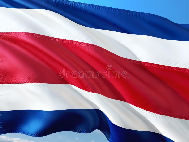 Drapeau de Costa Rica ondulant dans le vent contre le ciel bleu profond Tissu de haute qualit? image libre de droits