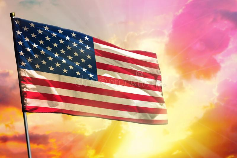 Drapeau de flottement des Etats-Unis sur le beau fond coloré de coucher du soleil ou de lever de soleil Bille 3d différente illustration libre de droits