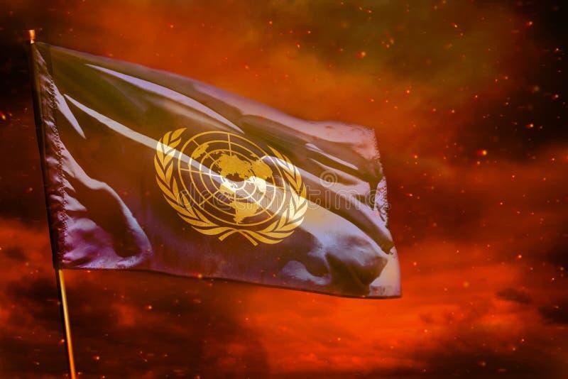 Drapeau de flottement des Nations Unies sur le ciel rouge cramoisi avec le fond de piliers de fumée Pr illustration de vecteur