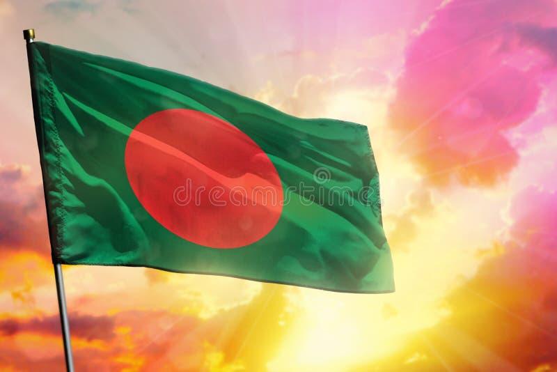 Drapeau de flottement du Bangladesh sur le beau fond coloré de coucher du soleil ou de lever de soleil Bille 3d différente illustration stock