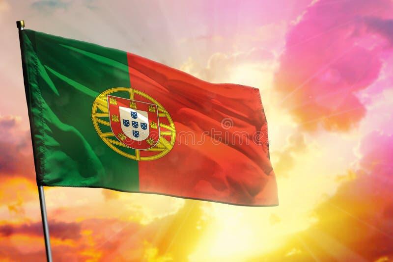 Drapeau de flottement du Portugal sur le beau fond coloré de coucher du soleil ou de lever de soleil Bille 3d différente illustration libre de droits