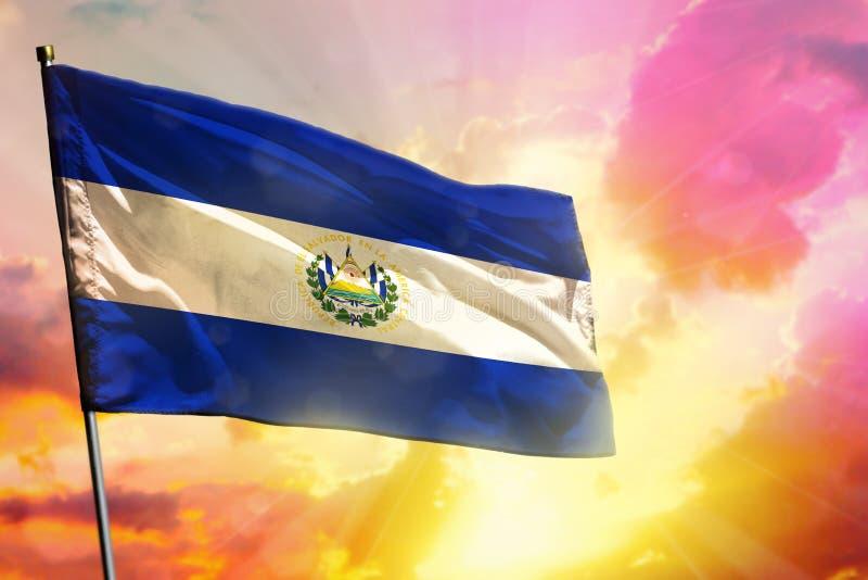 Drapeau de flottement du Salvador sur le beau fond coloré de coucher du soleil ou de lever de soleil Bille 3d différente illustration stock