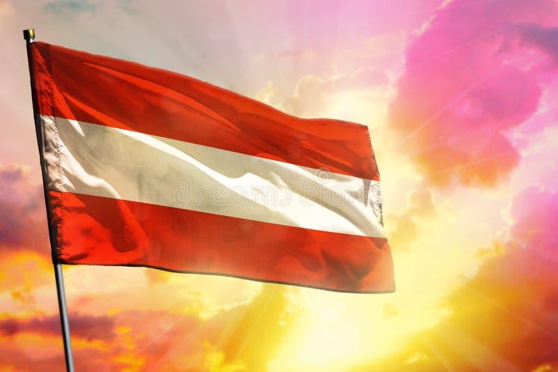 Drapeau de flottement de l'Autriche sur le beau fond coloré de coucher du soleil ou de lever de soleil Bille 3d diff?rente illustration stock